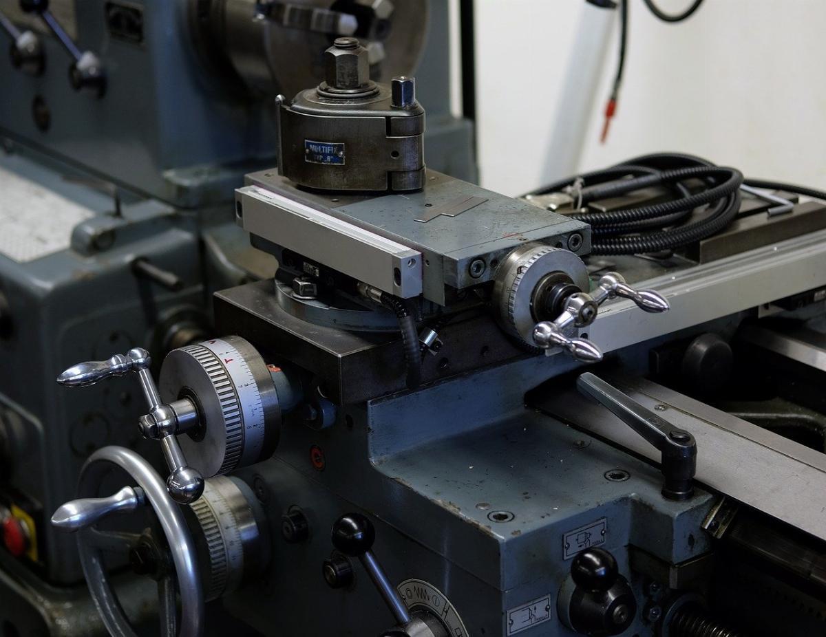 Come avviene la produzione meccanica di elementi in metallo